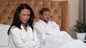 Verheiratetes Paar, das keinen spricht Kampf am Hotelzimmer nachher, habend stock video