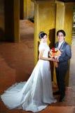 Verheiratetes Paar, das am klassischen Art-Pavillion aufwirft Lizenzfreies Stockfoto