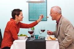 Verheiratetes Paar, das Nahrung in einer Gaststätte teilt Lizenzfreies Stockfoto