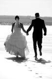 Verheiratetes Paar, das zusammen läuft Stockbilder
