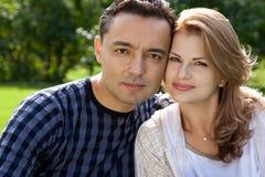 Verheiratetes Paar draußen Stockbild
