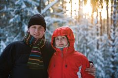 Verheiratetes Paar im Winterholz Stockfotografie
