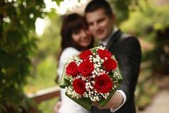 Verheiratetes Paar mit einem Blumenstrauß Stockbilder