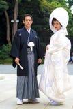 Verheiratetes Paar mit traditionellen Kostümen vor einer Japan-Hochzeit Lizenzfreie Stockfotografie