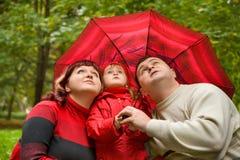 Verheiratetes Paar und Mädchen mit Regenschirm Lizenzfreie Stockbilder