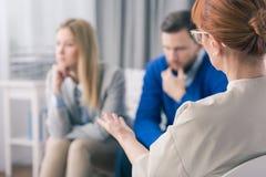 Verheiratetes Paar während einer Therapie-Sitzung mit einem Psychologen stockfotografie