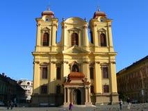 Verhoging van heldere gele kerk tegen blauwe hemel stock foto