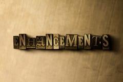 VERHOGINGEN - close-up van grungy wijnoogst gezet woord op metaalachtergrond royalty-vrije illustratie
