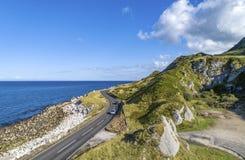 Verhoogde weg Kustroute in Noord-Ierland, het UK Royalty-vrije Stock Afbeelding