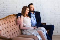 Verhouding en liefdeconcept - mooie paarzitting en dre stock foto's