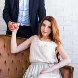 Verhouding en liefdeconcept - mooie vrouwenzitting op vinta royalty-vrije stock afbeeldingen