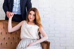 Verhouding en liefdeconcept - mooie vrouwenzitting op vinta royalty-vrije stock afbeelding
