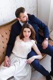 Verhouding, liefde en glamourconcept - mooie paarsittin stock foto
