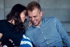 Verhouding, liefde Mooi paar samen Het genieten van de van vrije tijd royalty-vrije stock fotografie