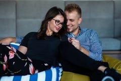 Verhouding, liefde Mooi paar samen Het genieten van de van vrije tijd stock afbeeldingen
