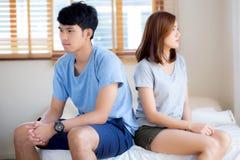 Verhouding van jong Aziatisch paar die probleem aangaande bed in de slaapkamer hebben thuis, familie die conflictargument met ong stock foto