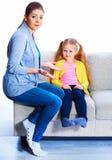 Verhouding van moeder en dochter stock fotografie