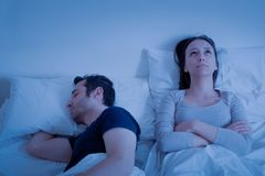 Verhoudingsprobleem en echtgenoot die in bed luid snurken stock foto