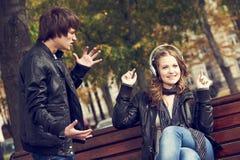 Verhoudingsprobleem of probleem Gedeprimeerde man en grappige vrouw Stock Afbeelding