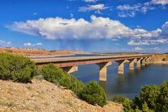 Verhungern-Nationalpark-Reservoir-Spätsommer-frühes Fallpanorama von See um Brücke mit Regenwolken nahe Duchesne auf US-Landstraß lizenzfreies stockbild