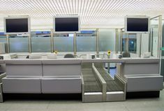 Verific dentro contra no aeroporto Imagens de Stock