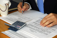 Verific e assinando o contrato e/ou o aluguer imagem de stock royalty free