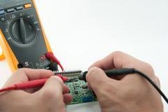 Verific o circuito por Multímetro Foto de Stock