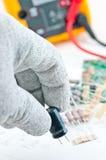 Verific o circuito por Multímetro Fotos de Stock