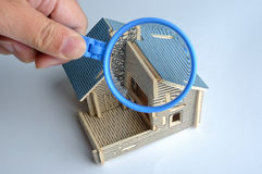 Verific o modelo da casa pelo magnifier Fotografia de Stock Royalty Free