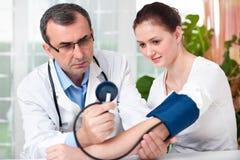Verific a pressão sanguínea Foto de Stock Royalty Free