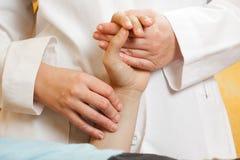 Verific um pulso dos pacientes Fotos de Stock