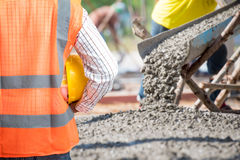 Verificação da engenharia civil um derramamento concreto durante assoalhos concreting comerciais da construção Foto de Stock Royalty Free