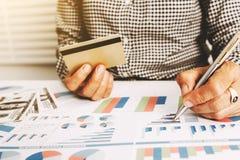 Verificação da mulher de negócio o cartão de crédito da precisão foto de stock