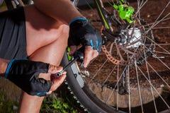 Verificação da pressão de ar da bicicleta Foto de Stock