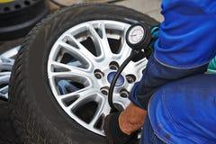 Verificação da pressão de ar do pneumático de roda do carro Imagens de Stock Royalty Free