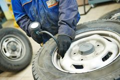 Verificação da pressão de ar do pneumático de roda do carro Imagem de Stock Royalty Free