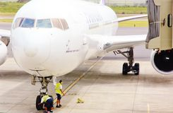 Verificação da roda dianteira dos aviões Fotos de Stock Royalty Free
