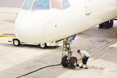 Verificação da roda dianteira dos aviões Foto de Stock Royalty Free