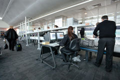 Verificação da segurança aeroportuária na porta Fotografia de Stock Royalty Free