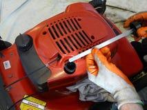 Verificação do óleo do cortador de grama Imagem de Stock