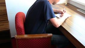 Verificação do homem novo e documento do sinal na sala de hotel video estoque