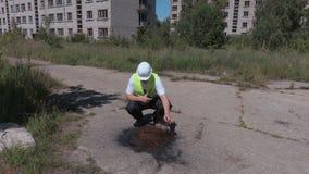 Verificação do inspetor as casas de apartamento abandonadas próximas da área ardente vídeos de arquivo