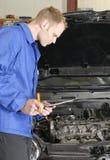 Verificação do mecânico mestre um carro Fotos de Stock Royalty Free