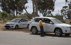 Verificação do veículo do bloco de estrada da polícia Imagem de Stock