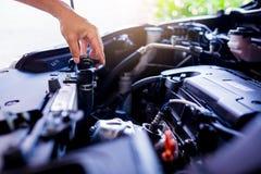 Verificação e manutenção a água no carro do radiador com o senhor mesmo imagem de stock