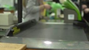 Verificação geral em uma mercearia (2 de 9) vídeos de arquivo