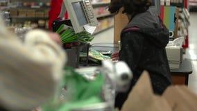 Verificação geral em uma mercearia (5 de 9) video estoque