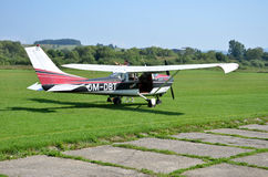 A verificação piloto seu avião pessoal pequeno antes de descolar e prepara-se para o voo Foto de Stock