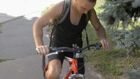 Verificações do homem novo antes de montar uma bicicleta filme