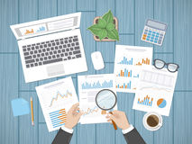Verifica dei concetti Il revisore dei conti dell'uomo d'affari ispeziona la valutazione dei documenti finanziari illustrazione di stock